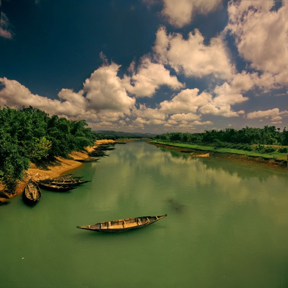 Boat_in_river,_Bangladesh